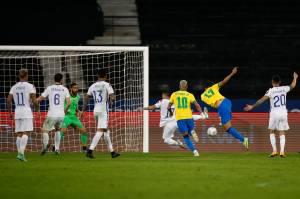 Lucas Paquetá comemora gol diante do Chile