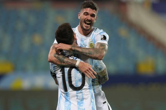 Rodrigo De Paul abraça Messi na conquista da Copa América