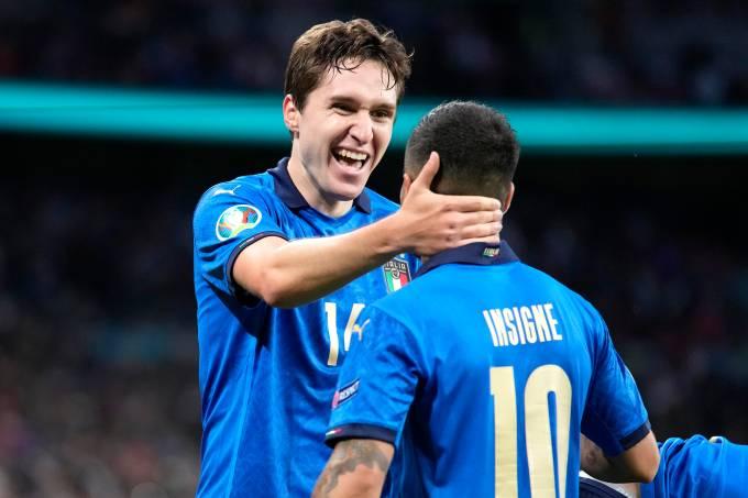 Federico Chiesa celebra seu gol contra a Espanha com Lorenzo Insigne