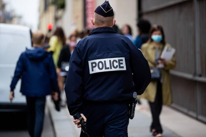 Policial patrulha rua de Paris
