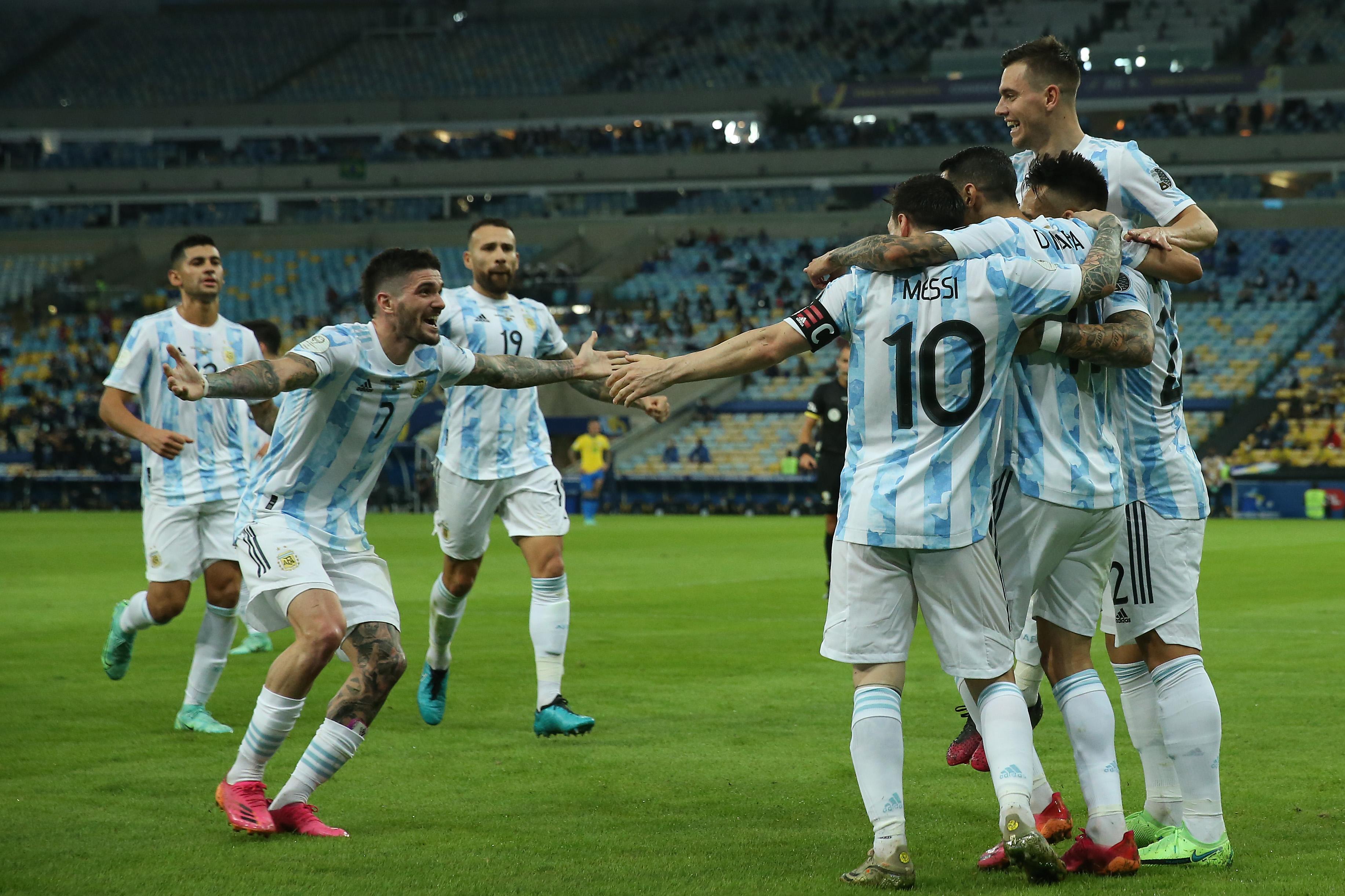 Jogadores da Argentina comemoram o gol de Di María, que garantiu o título da Copa América 2021 sobre o Brasil, no Maracanã -
