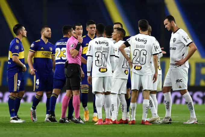 Árbitro Matias Rojas demorou sete minutos para anular gol do Boca Juniors diante do Atlético