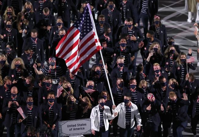 Sue Bird e Eddy Álvarez foram porta-bandeiras dos Estados Unidos -
