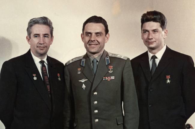 Os cosmonautas Constantine Feoktistov, Vladimir Komarov, e Boris Yegoro, em 1964 -