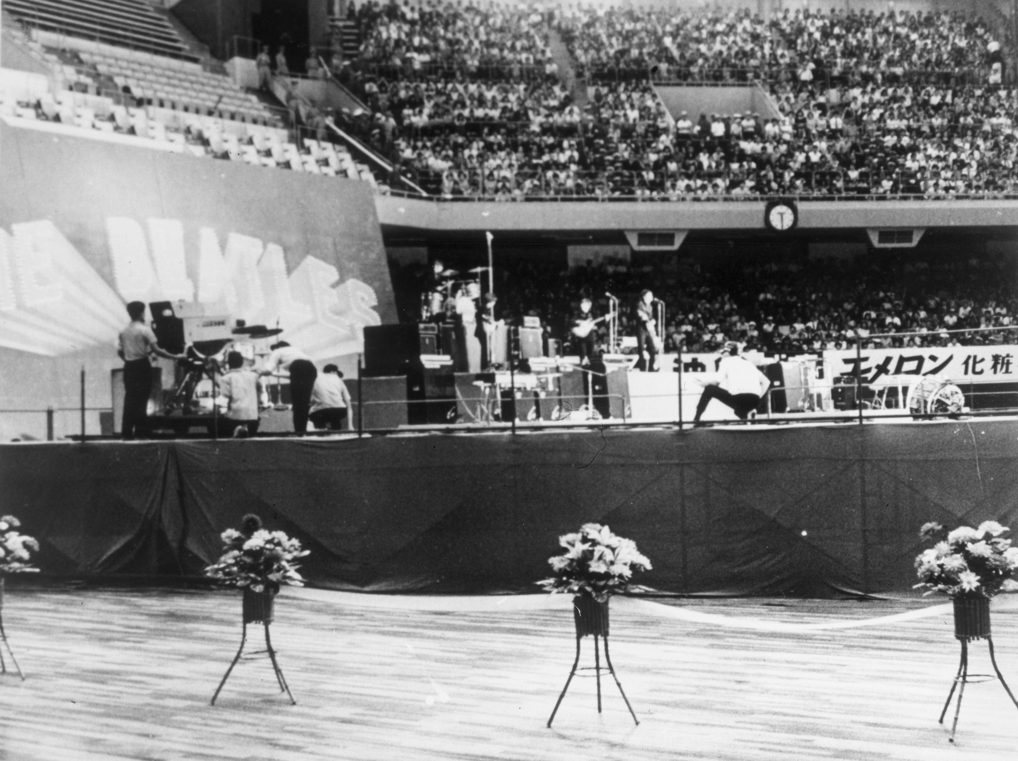 Os Beatles se apresentam no Budokan, no Japão, em 1966