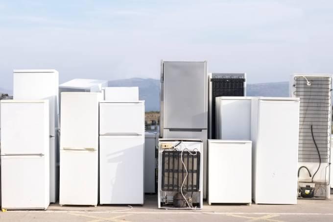 Geladeiras enfileiradas para reciclagem