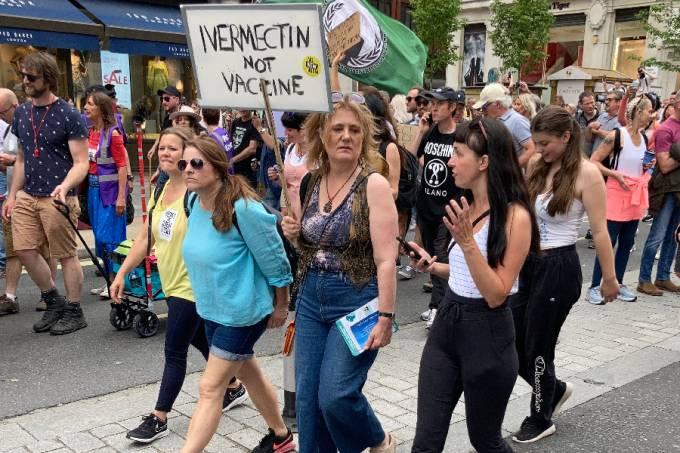 Manifestante a favor da ivermectina no tratamento da Covid-19 e contra a vacina –