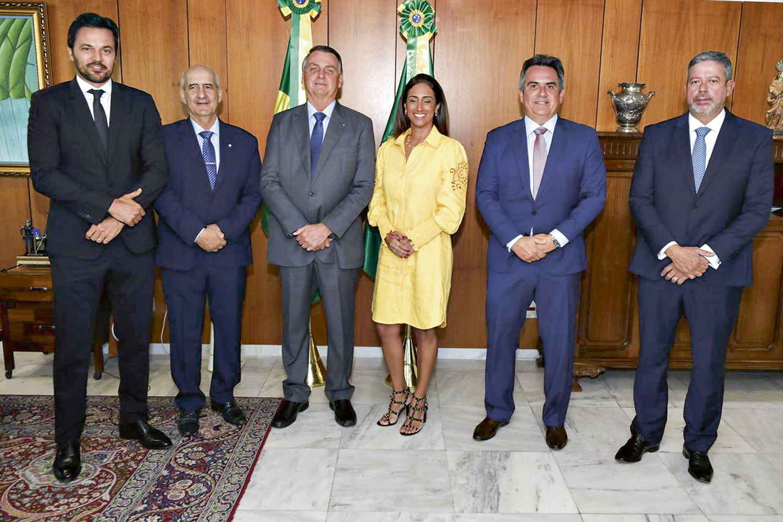 """TIME ESCALADO -Bolsonaro e os novos aliados: a """"alma do governo"""", segundo ele próprio, foi entregue ao Centrão -"""