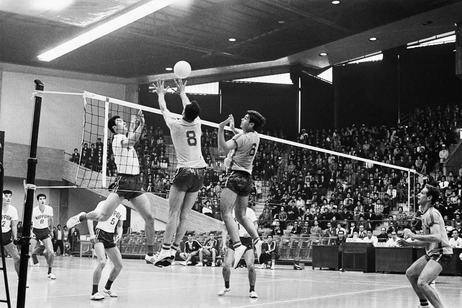 Terushia Moriyama (e) bloqueia o brasileiro Ramalho Oliveira (nº 8) em partida de vôlei nas Olimpíadas de Tóquio em 1964 -