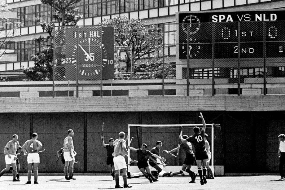 Jogadores espanhóis comemoram gol em partida contra a Holanda, nos Jogos Olímpicos de Tóquio, em 64 -