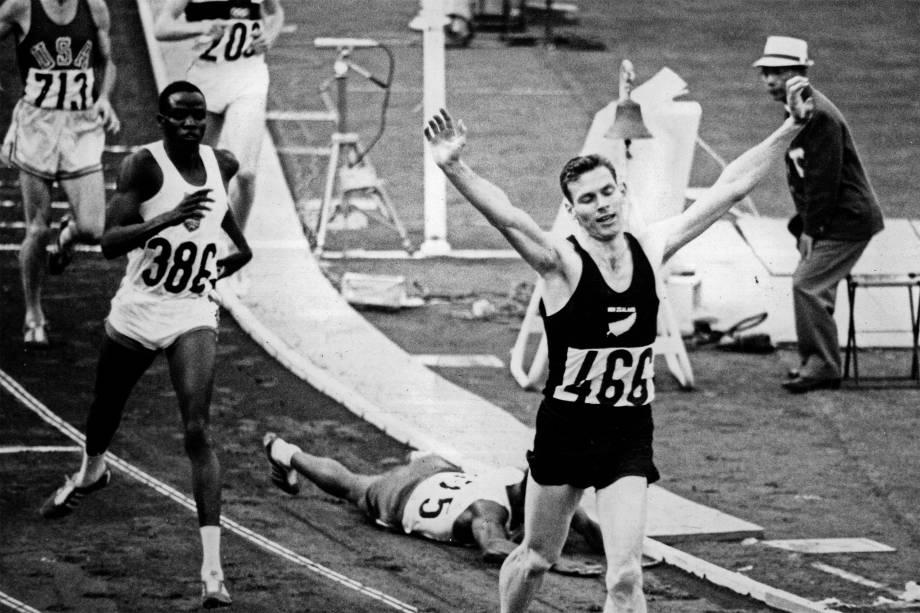 O neozelandês Peter Snell comemora seu triunfo na prova de 800 metros nos Jogos Olímpicos de Tóquio de 1964
