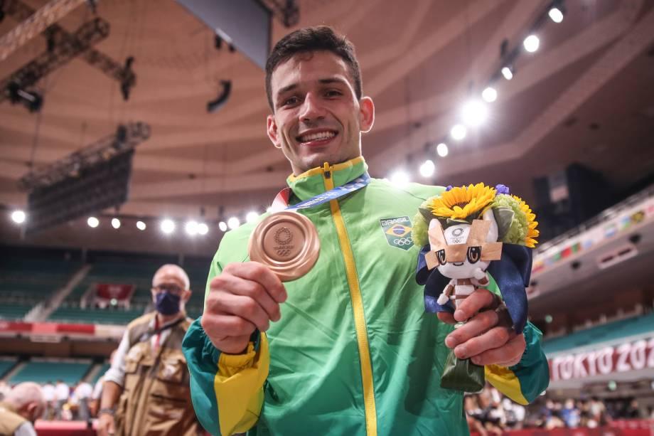 O judoca Daniel Cargnin exibindo a medalha de bronze conquistada em Tóquio -