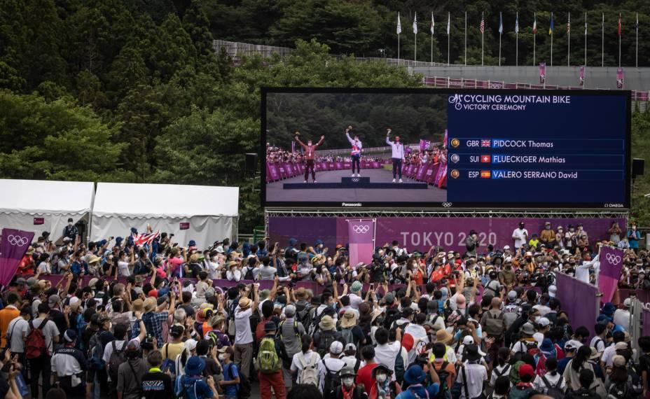 Público assiste em telão prova do ciclismo MTB, no Izu MTB Course -