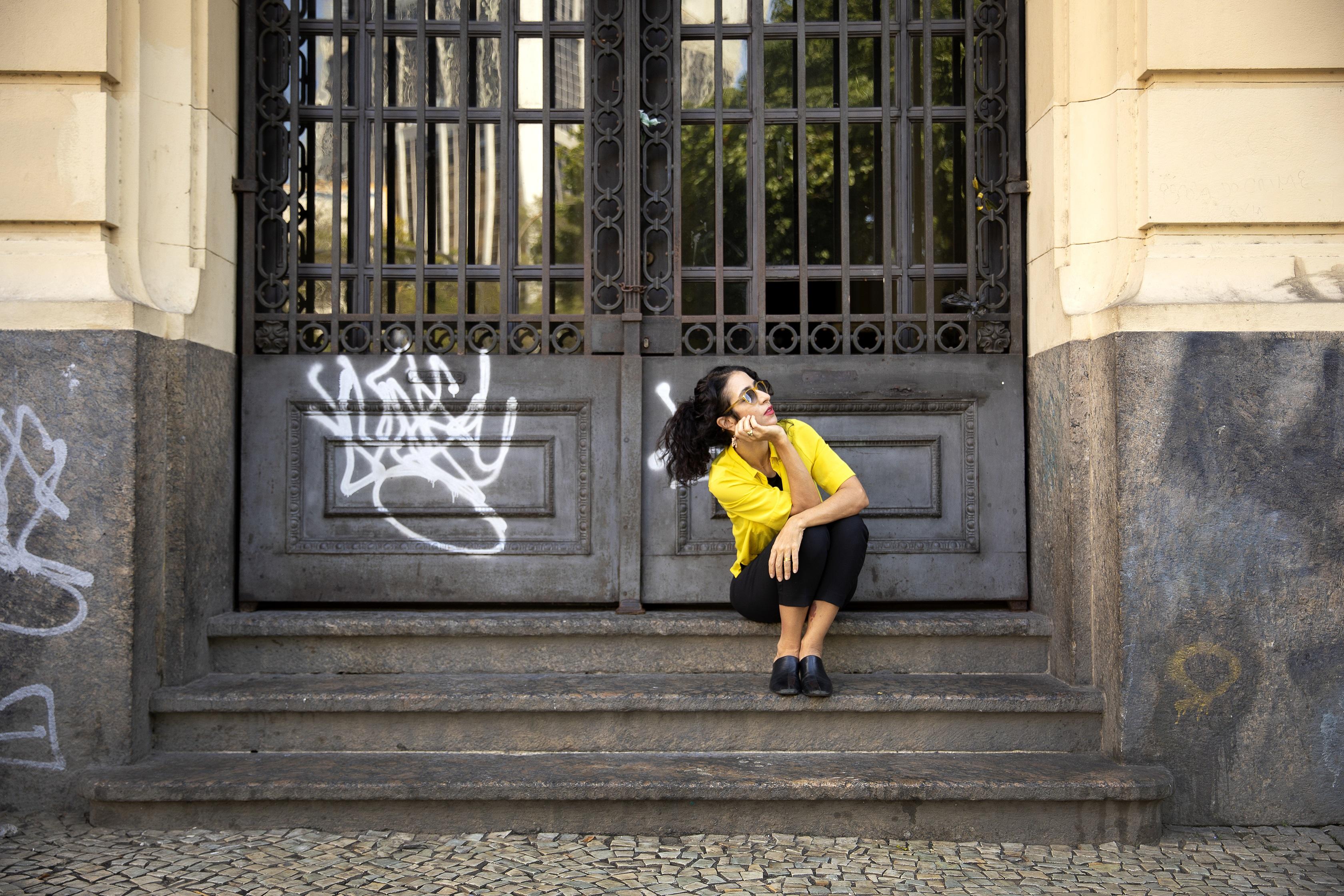 Marisa Monte em frente a Escola de Música da UFRJ -