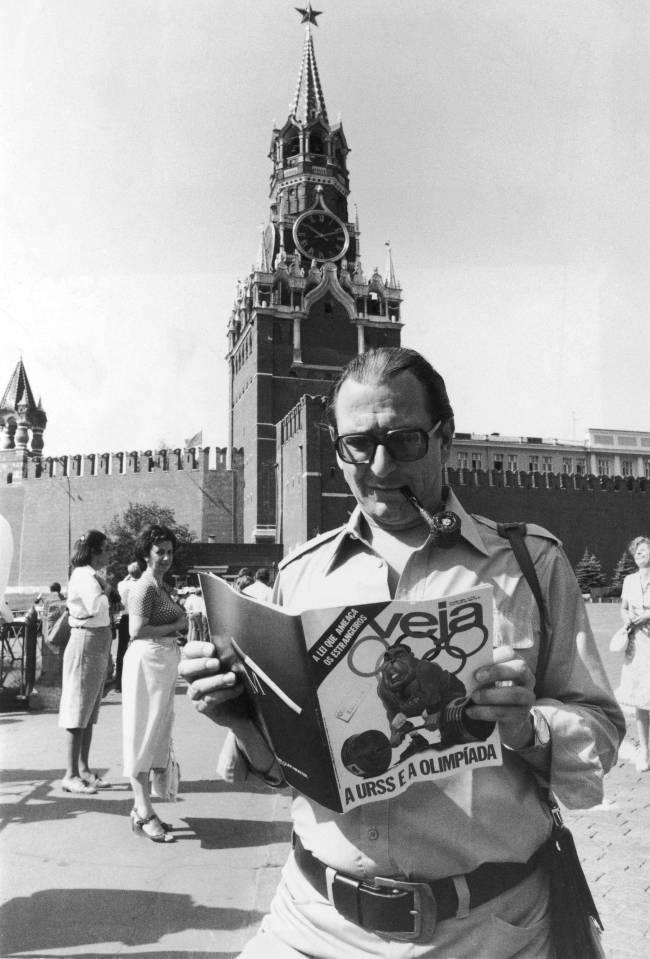 Roberto Civita na Praça Vermelha, com a VEJA: