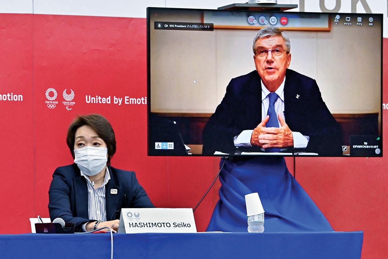 SEM RECUO -A chefe do Comitê Organizador, Seiko Hashimoto, e Thomas Bach, do COI: desculpas a quem comprou ingressos -