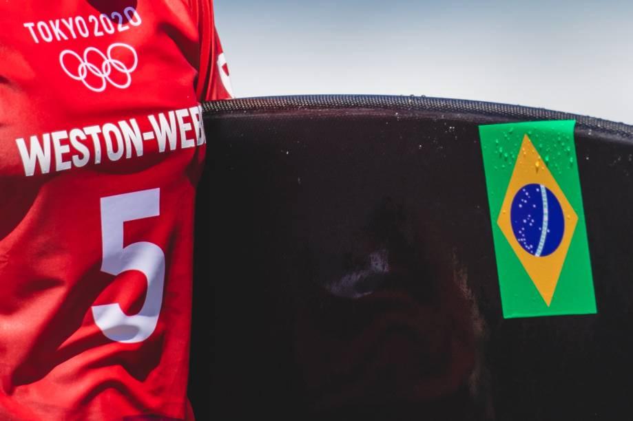 Imagem da bandeira do Brasil na prancha da surfista Tati West -