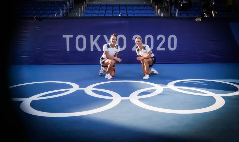 As tenistas Luisa Stefani e Laura Pigossi após a conquista da medalha de Bronze inédita -