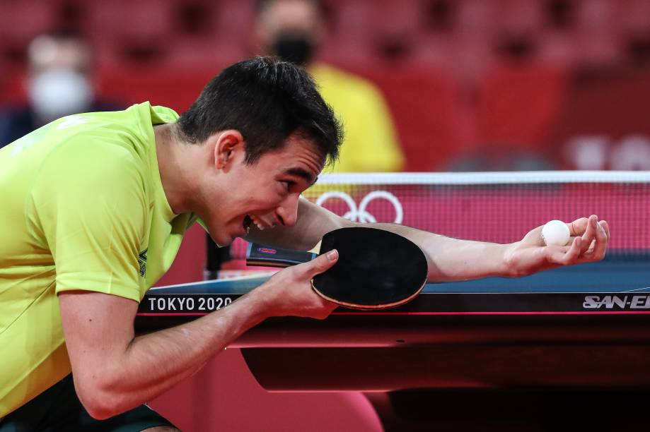 O brasileiro Hugo Calderano em partida contra Bojan Tokic pelo tênis de mesa -