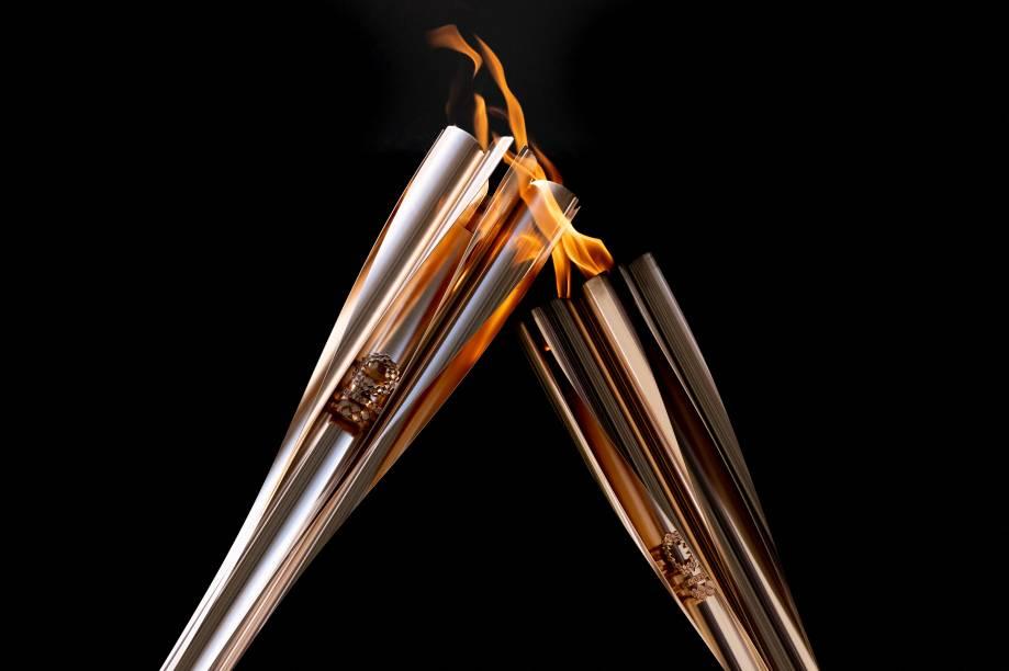Tocha olímpica em chamas durante cerimônia de revezamento -