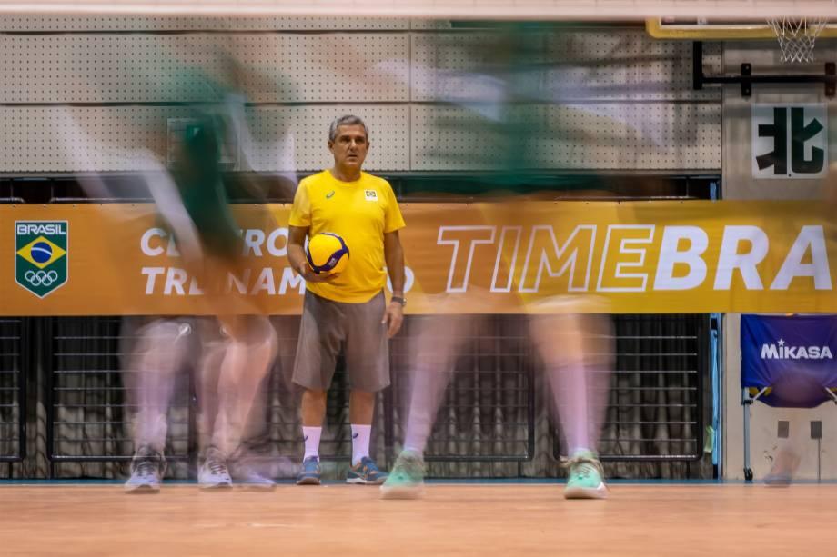 O técnico Zé Roberto em treino da equipe feminina de vôlei em Sagamihara -