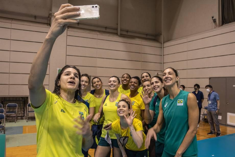 Equipe faz selfie durante treino da selação brasileira de vôlei feminino, em Sagamihara, durante as Olimpíadas Tóquio -