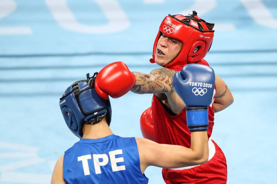 A brasileira Beatriz Ferreira durante luta contra a taiwanesa Shih-Yi Wu -