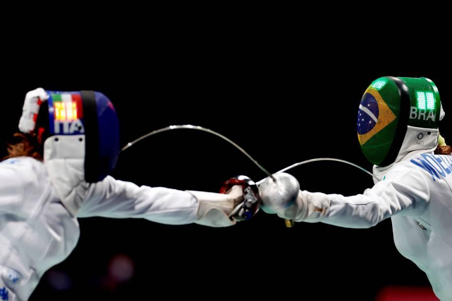 Rossella Fiamingo, da Itália, durante combate na esgrima contra Nathalie Moellhausen, do Brasil -