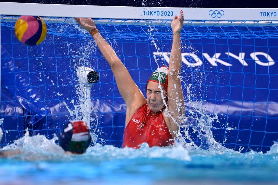 Alda Magyari, da Hungria, em ação na partida pelo pólo aquático feminino -