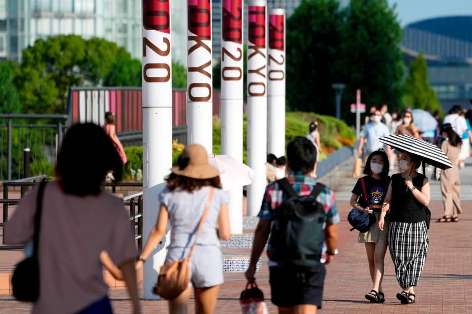Pedestres em tarde com temperaturas altas em Tóquio -