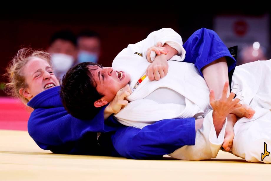 Julia Figueroa (branco), da Espanha, em ação contra Shira Rishony, de Israel, durante sua luta em rodada eliminatória -