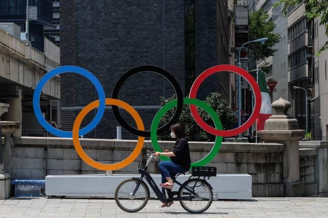 Legenda: Anéis olímpicos lembram que os Jogos estão rolando em Tóquio (Carlos Kato)