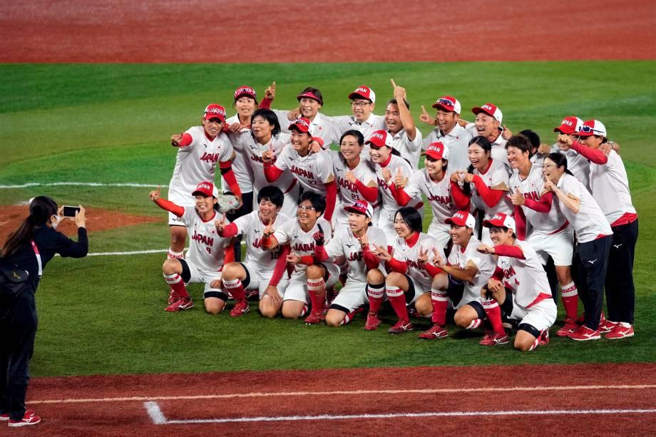 Equipe japonesa de Softball posa para foto após ganharem a medalha de ouro em partida contra os Estados Unidos -