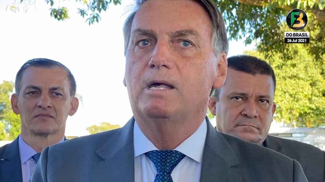 O presidente Jair Bolsonaro conversa com apoiadores no cercadinho do Palácio da Alvorada na manhã desta segunda-feira (26/07/2021)