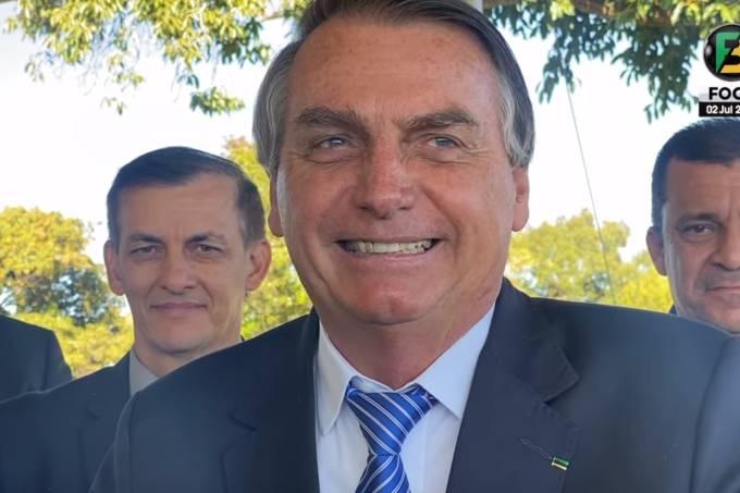 Sorrindo, o presidente Jair Bolsonaro ironiza o governador do Rio Grande do Sul, Eduardo Leite, por declarar publicamente que é gay