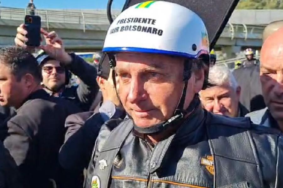 Jair Bolsonaro antes de participar de motosseata em Porto Alegre (RS) - 10/07/2021 -