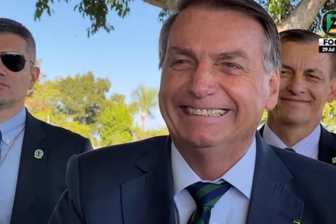 """O presidente Jair Bolsonaro dá risada ao ouvir apoiador falar que """"tem gente que cai, machuca o queixo, machuca olho, mas não sabe de onde veio a pancada"""", na saída do Palácio da Alvorada, na manhã desta quinta-feira (29/07/2021)"""