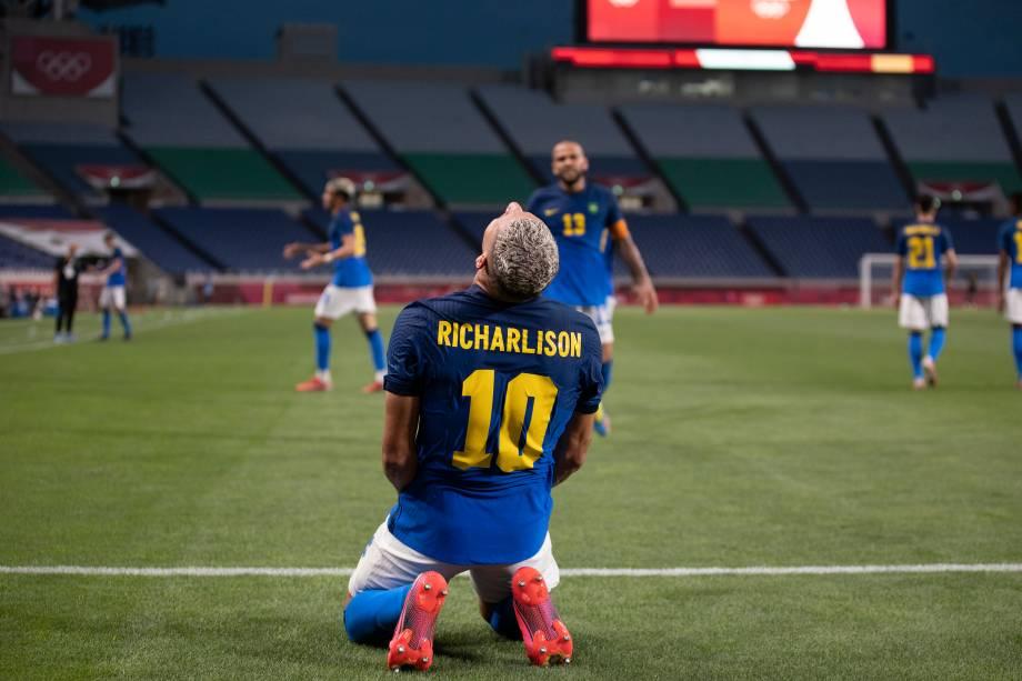O brasileiro Richarlison em comemoração após marcar contra a Arábia Saudita no futebol -