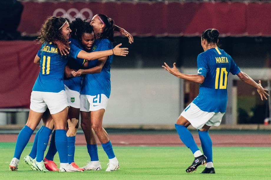 Jogadoras da seleção brasileira comemoram o gol de Ludmila -