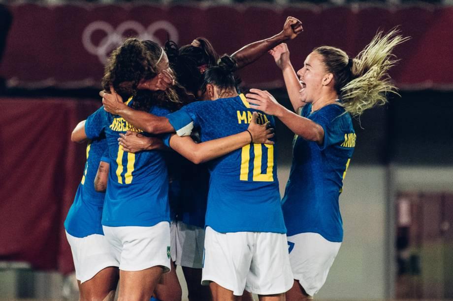 Jogadoras da seleção brasileira comemoram gol marcado sobre a Holanda -