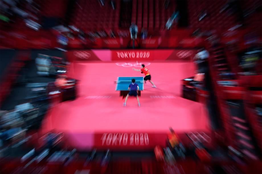 Fan Zhendong, da China, em partida de tênis de mesa contra seu compatriota Lin Yun Ju (abaixo) -