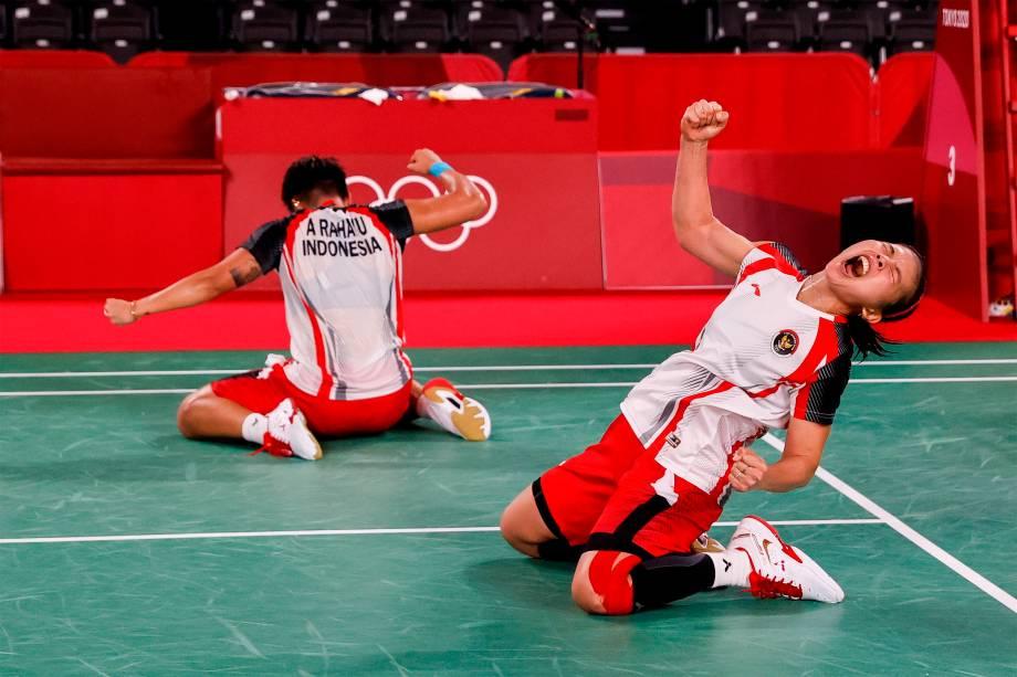 Greysia Polii (direita) e Ariyani Rahayu, da Indonésia, comemoram vitória na partida de  badminton contra Du Yue and Li Yin Hui, da China -