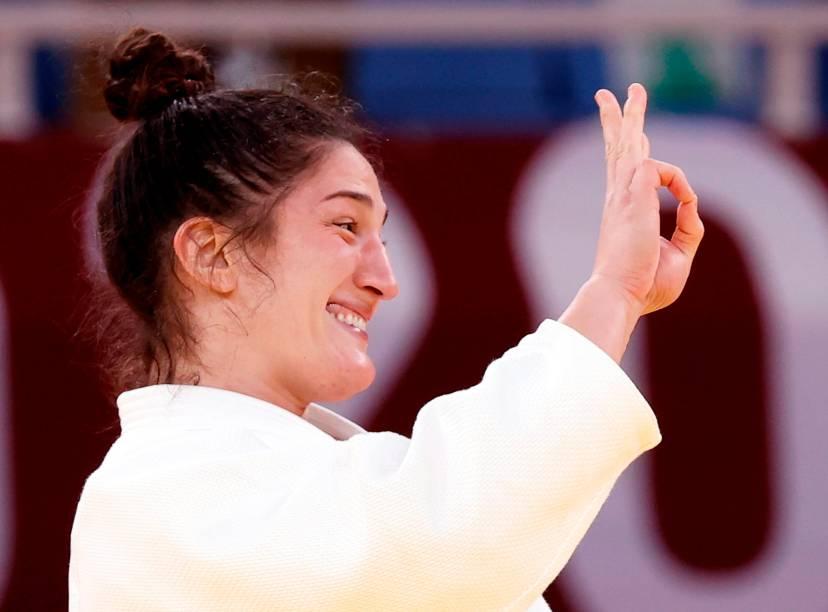 Mayra Aguiar comemora após garantir o bronze pelo judô -