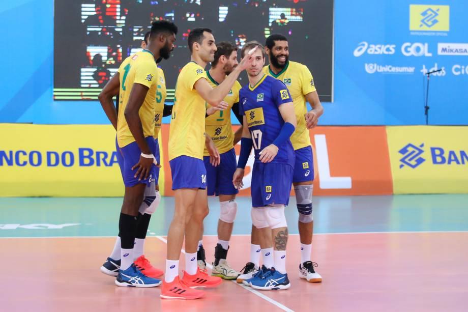 Douglas e seus companheiros da seleção durante partida contra a Venezuela -