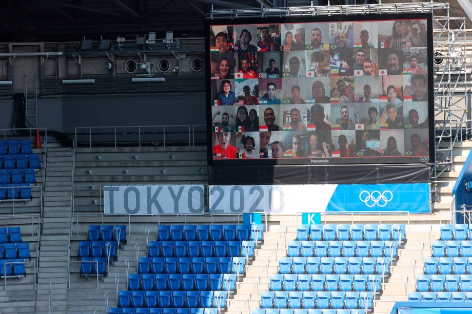 Torcedores assistem virtualmente a partida de tênis entre Naomi Osaka, do Japão, e Saisai Zheng, da China -