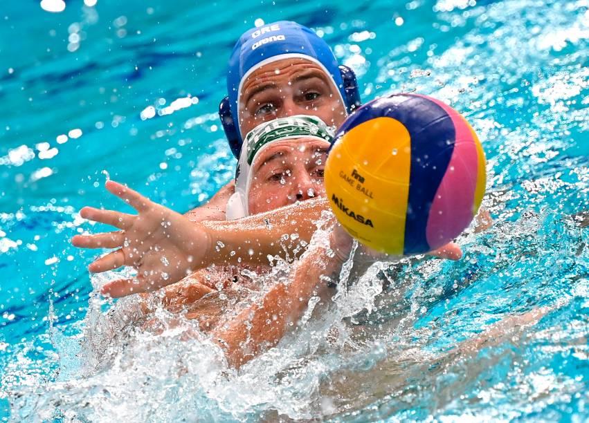 Atletas de Grécia e Hungria em ação durante partida de pólo aquático masculino -