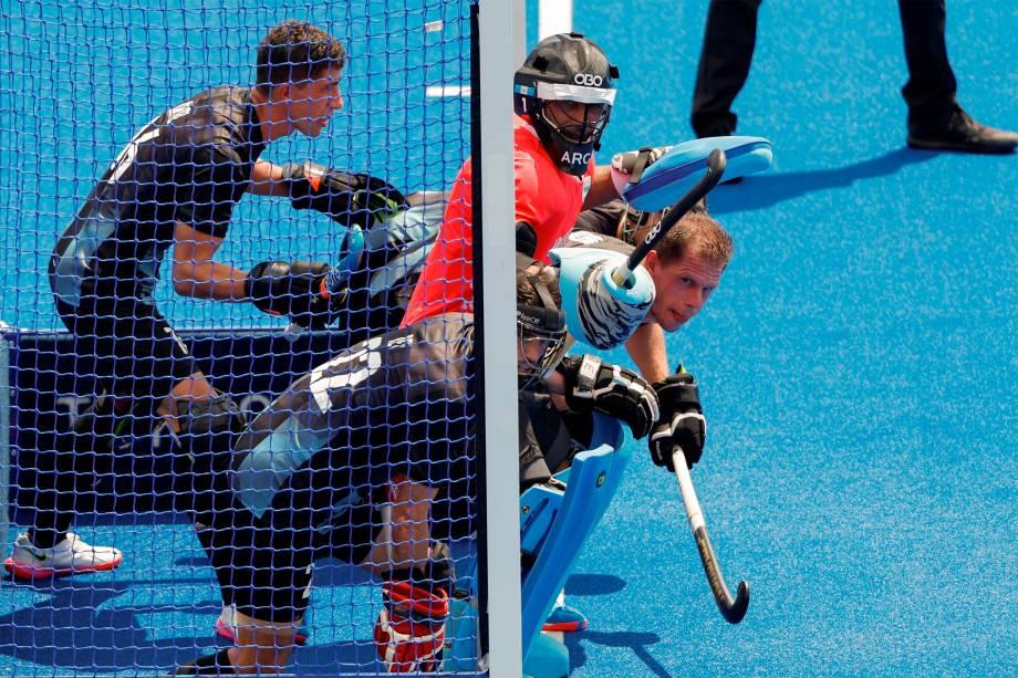 Jogadores da seleção da Argentina em partida de hóquei na grama contra a Índia -