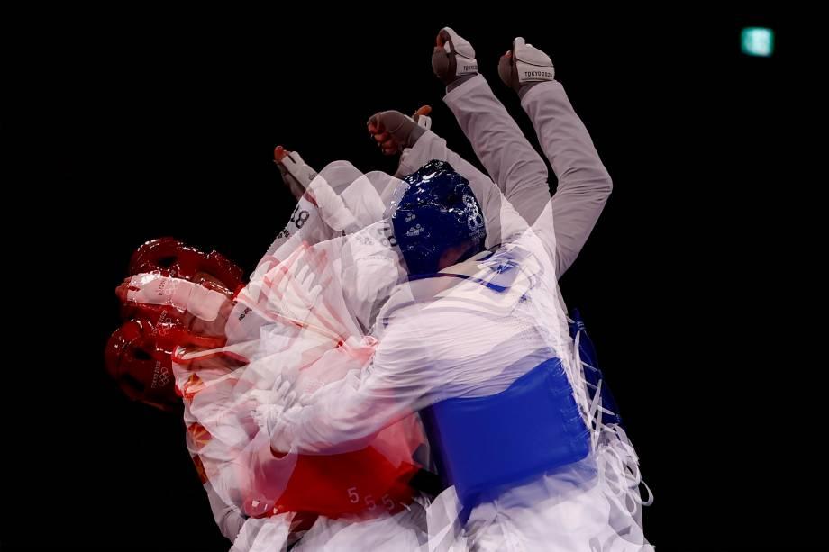Vladislav Larin (azul), da Rússia, e Dejan Georgievski, da Macedônia, em prova do taekwondo -