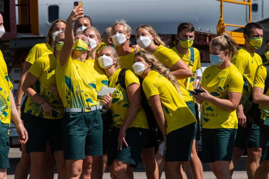 Atletas posam para foto antes do embarque da equipe olímpica da Austrália rumo a Tóquio para a disputa dos Jogos Olímpicos 2020 -