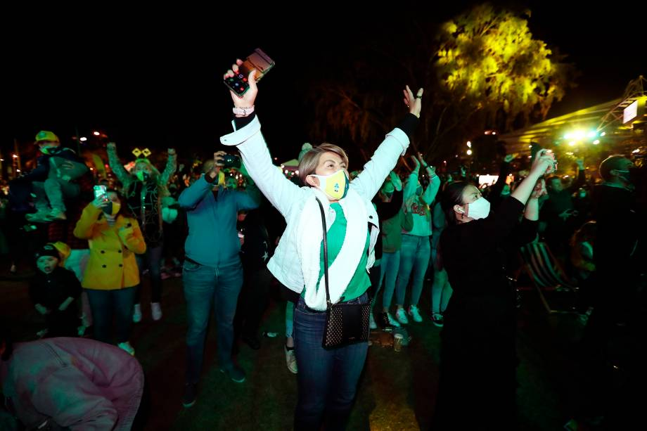 Pessoas comemoram em Brisbane após o anúncio de votação do Comitê Olímpico Internacional (COI) na candidatura bem-sucedida de Brisbane para os Jogos Olímpicos de 2032 -